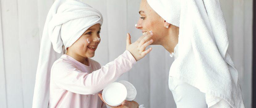 aplicar crema hidrante en el rostro
